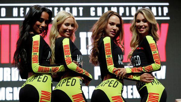 Девушки позируют перед пресс-конференцией Деонтея Уайлдера и Тайсона Фьюри в Лас-Вегасе