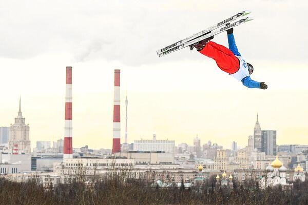 Артем Потапов (Россия) выступает в дисциплине лыжная акробатика среди мужчин на этапе Кубка мира 2019/2020 по фристайлу в Москве