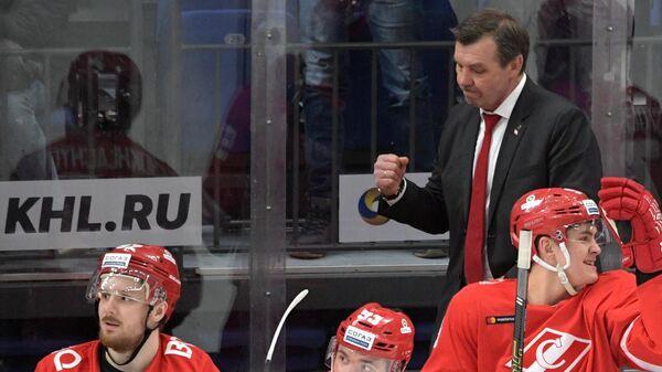 Олег Знарок (на втором плане) и хоккеисты Спартака