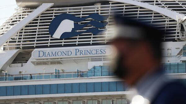 Круизный лайнер Diamond Princess в порту Йокогама