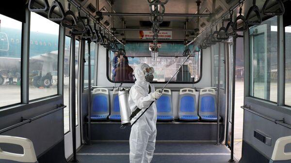 Дезинфекция автобуса в аэропорту Ной Бай в Ханое