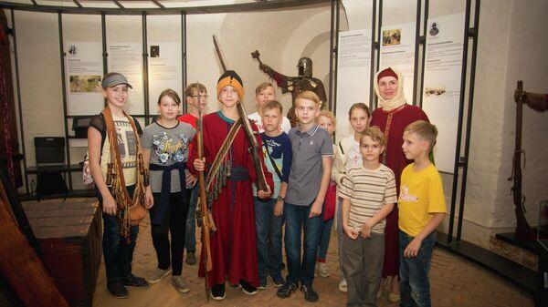 Экскурсант в костюме стрельца в музее Башня Громовая