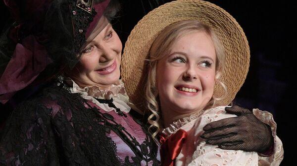 Актриса Людмила Титова (слева) в роли Татьяны Николаевны Богаевской и актриса Анастасия Горячева в роли Кати в спектакле Варвары в Малом театре.