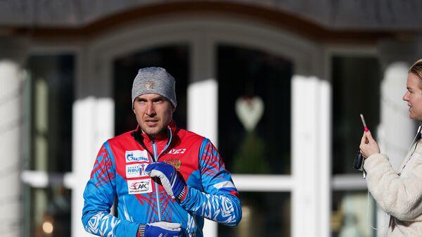 Спортсмен сборной России по биатлону Евгений Гараничев выходит на пробежку из спа-отеля Bagni di Salomone в Италии
