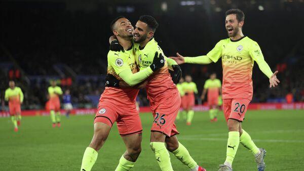 Футболисты Манчестер Сити радуются забитому голу