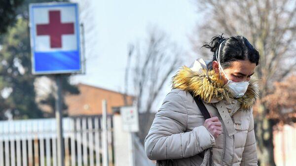 Женщина в защитной маске в Италии