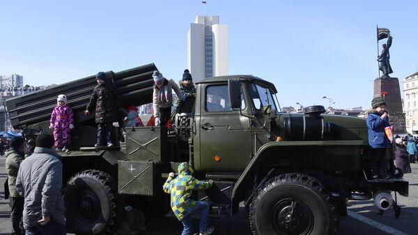 Реактивная система залпового огня РСЗО БМ-21 Град на выставке военной техники во время праздничных мероприятий в честь Дня защитника отечества во Владивостоке