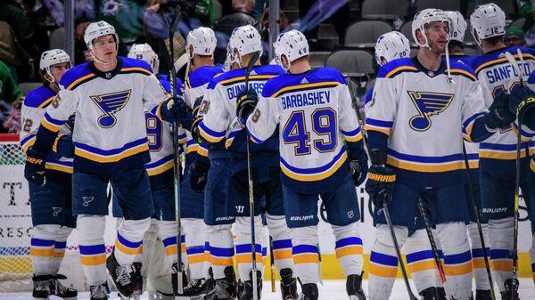 Хоккеисты Сент-Луис Блюз празднуют победу в матче НХЛ
