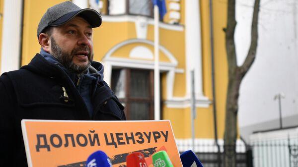 Исполнительный директор МИА Россия сегодня Кирилл Вышинский участвует в пикете у посольства Эстонии в Москве