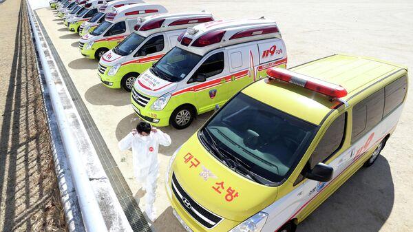Машины скорой помощи, подготовленные для перевозки больных коронавирусом в Тэгу, Южная Корея. 23 февраля 2020