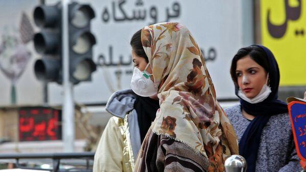 Женщины в защитных масках на улице в столице Ирана Тегеране. 24 февраля 2020
