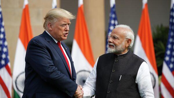 Президент США Дональд Трамп и премьер-министр Индии Нарендра Моди пожимают друг другу руки перед встречей в Хайдарабад-Хаусе в Нью-Дели, Индия. 25 февраля 2020