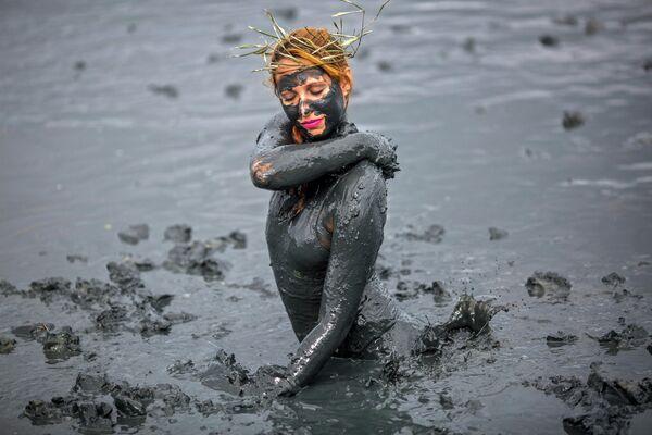 Участник грязевого фестиваля Bloco da Lama в Бразилии