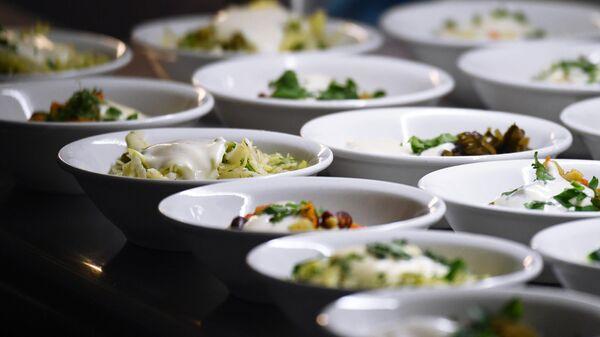 Готовые салаты в столовой