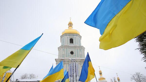Украинские флаги верующих на объединительном соборе на Софийской площади в Киеве