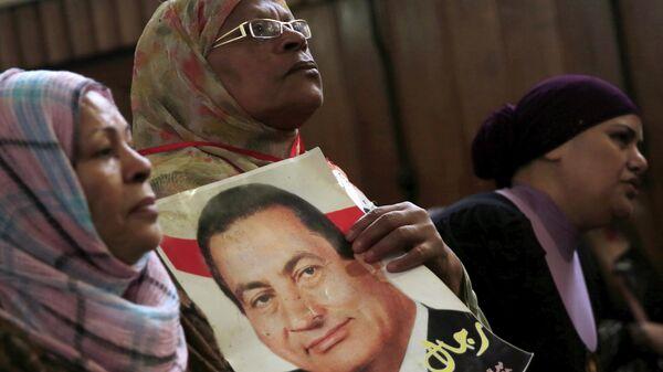 Сторонница бывшего президента Египта Хосни Мубарака держат его фотографию
