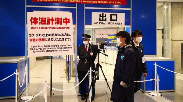 Камеры на входе в выставочный комплекс Макухари мессе в японском городе Тиба, фиксирующие температуру посетителей