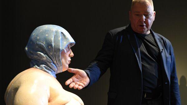 Скульптор Александр Рукавишников возле своей работы Женщина с яйцом (1997 г.) на выставке в Государственной Третьяковской галерее на Крымском Валу в Москве.