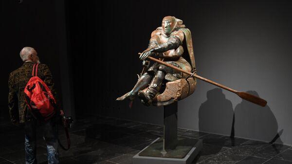 Посетитель возле скульптуры Гребущая (2008 г.) на выставке Скульптор Александр Рукавишников в Государственной Третьяковской галерее на Крымском Валу в Москве.
