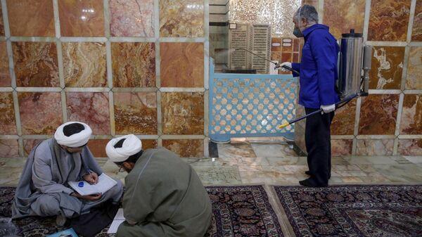 Санитарная обработка мавзолея Фатимы Масуме в Куме
