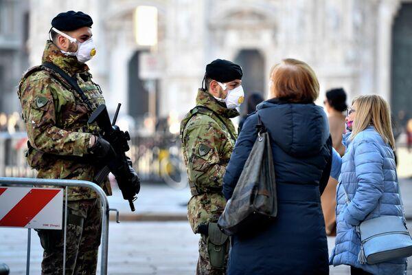 Итальянские солдаты в санитарных масках патрулируют площадь в центре Милана