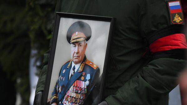 Портрет в руках сопровождающего гроб с телом маршала Советского Союза, экс-министра обороны СССР Дмитрия Язова