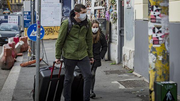 Туристы в масках на одной из улиц Милана