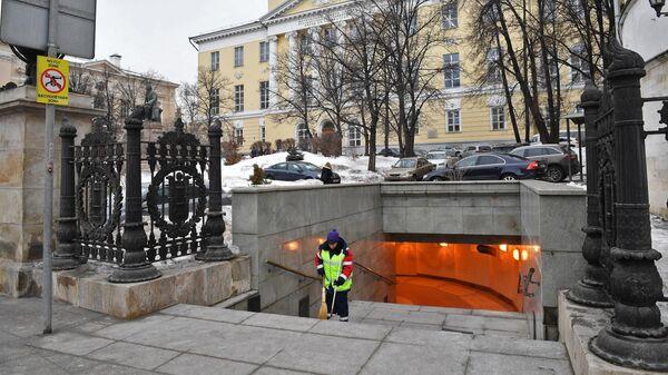 Подземный переход на Моховой улице перед зданием факультета журналистики Московского государственного университета имени М. В. Ломоносова