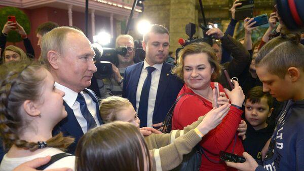 Президент РФ Владимир Путин общается с посетителями нового детском парка развлечений Остров мечты