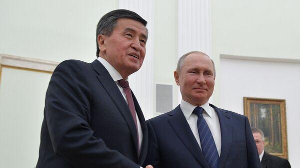 Президент РФ Владимир Путин и президент Киргизии Сооронбай Жээнбеков во время встречи