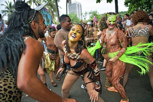 Улицы танцуют на улице в Рио-де-Жанейро перед ежегодным карнавалом