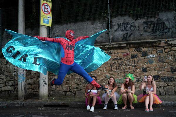 Участники уличного карнавала Рай на Земле в Рио-де-Жанейро