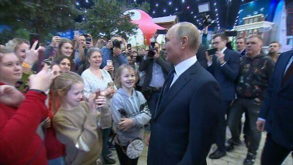 Можно вас обнять?: Владимир Путин пообщался с детьми в парке Остров мечты