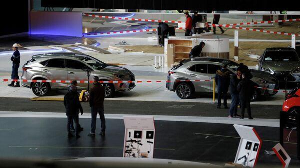 Автомобили и рабочие в выставочном центре Palexpo в Женеве, где должен был пройти Международный автосалон. 28 февраля 2020