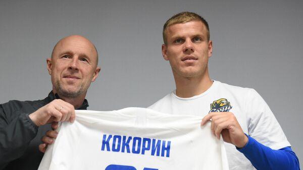 Главный тренер ФК Сочи Владимир Федотов (слева) и нападающий Александр Кокорин