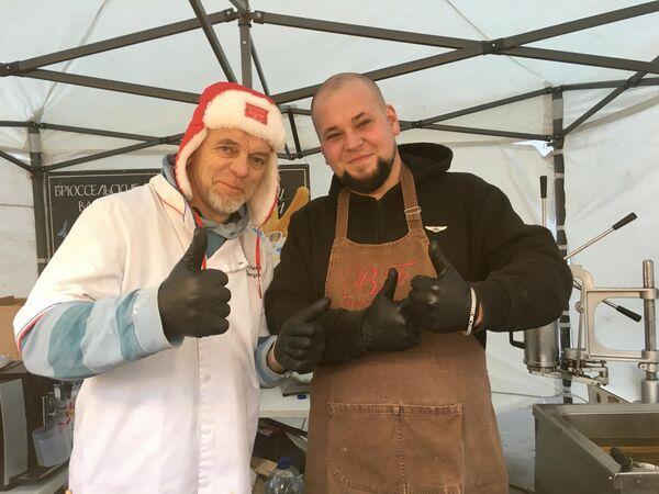 Повара Жорж (слева) и Олег на сырном фестивале в Музее Москвы