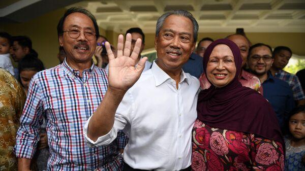 Новый премьер-министр  Малайзии Мухиддин Яссин, его жена Норайни Абдул Рахман беседуют с прессой возле своего дома в Куала-Лумпуре. 29 февраля 2020