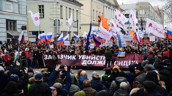 Участники марша памяти политика Бориса Немцова в Москве