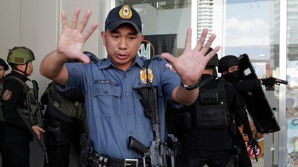 Полицейские на месте захвата заложников в торговом центре в Маниле