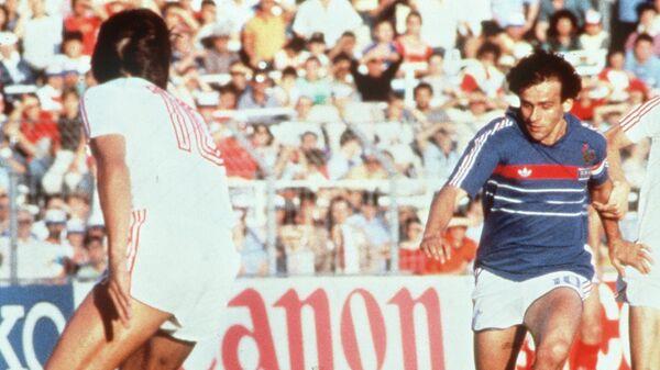 В атаке полузащитник сборной Франции Мишель Платини.