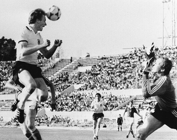 Игровой момент финального матча ЕВРО-1980 Германия - Чехословакия