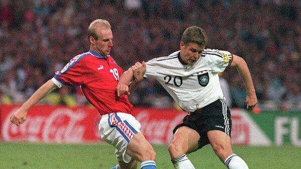 Оливер Бирхофф (справа) и Карел Рада в финальном матче ЕВРО-1996