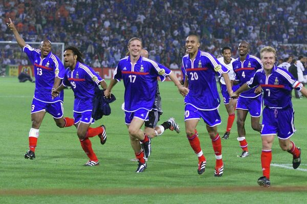 Футболисты сборной Франции радуются победе на ЕВРО-2000
