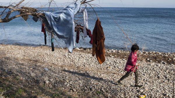 Одежда на дереве в лагере беженцев на острове Лесбос в Греции