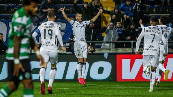 Футболисты Фамаликана празднуют гол в ворота лиссабонского Спортинга в матче чемпионата Португалии