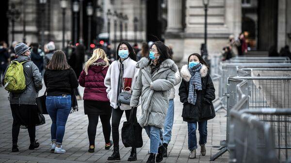 Туристы в медицинских масках в Париже