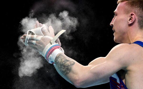 Денис Аблязин (Россия) перед выполнением упражнений на кольцах в финале соревнований среди мужчин на чемпионате Европы по спортивной гимнастике в Польше