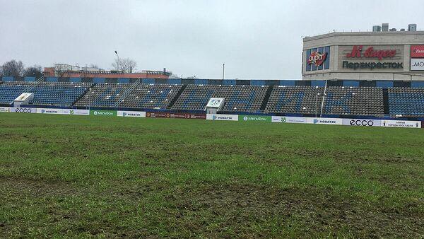 Газон на ярославском футбольном стадионе Шинник перед игрой местной команды с Уралом в рамках Кубка России