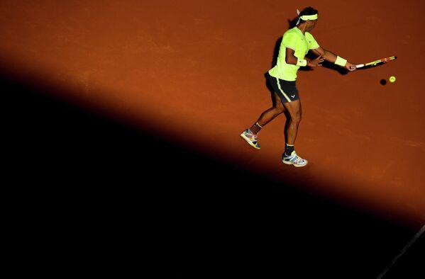 Рафаэль Надаль (Испания) в матче 3-го круга мужского одиночного разряда Открытого чемпионата Франции по теннису против Давида Гоффена (Бельгия)