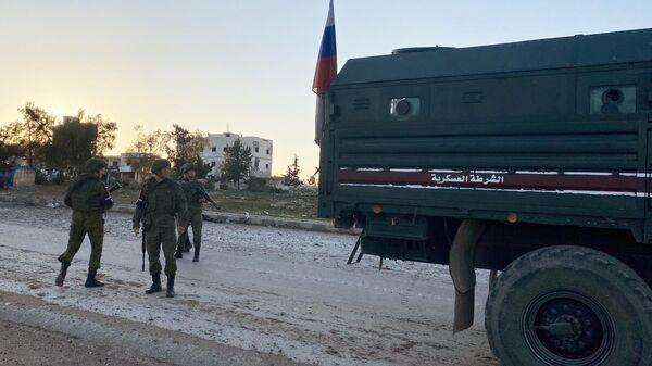 Патруль российской военной полиции в районе освобожденного от боевиков города Саракеб в провинции Идлиб